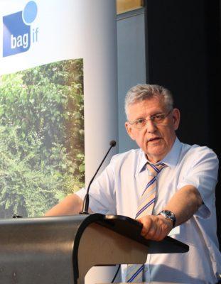 Dr. Baur hält eine Rede auf der Mitgliederversammlung 2019