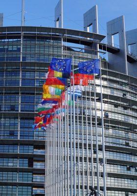 Flaggen der EU-Mitgliedsländer vor dem EU-Parlament in Straßburg